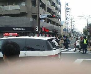 警官とパトカーがたくさん